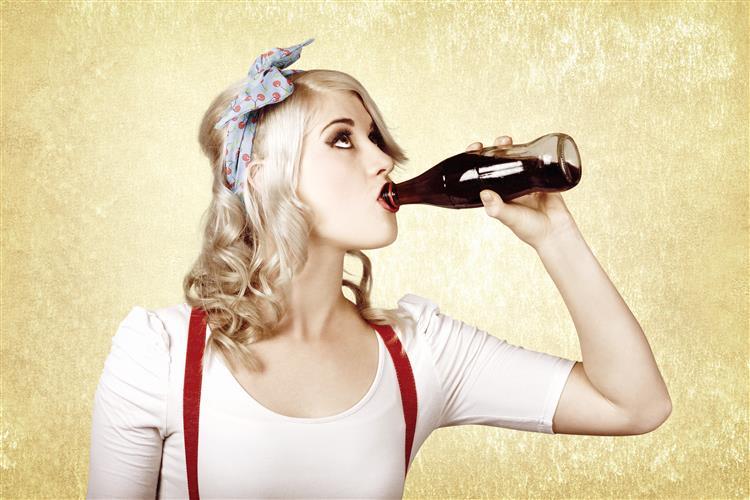 Beber refrigerantes envelhece