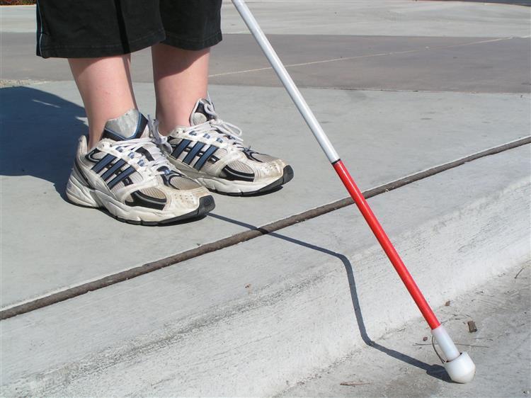 Escola castiga menino cego e substitui bengala por rolo de hidroginástica
