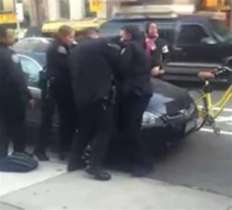Vídeo capta agressão de polícia a um rapaz de 12 anos