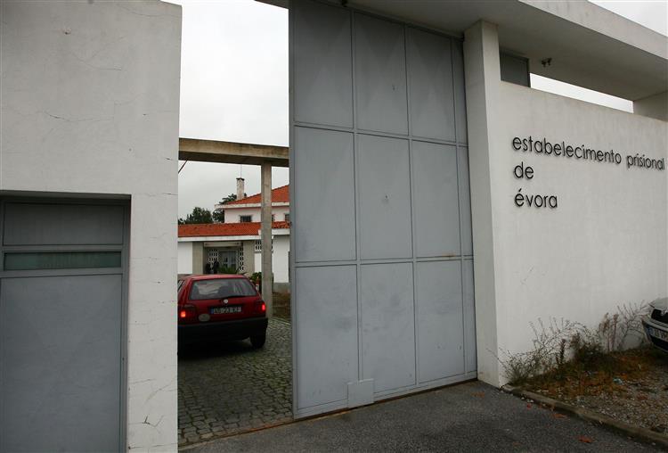 Cerca de 100 pessoas já estão em Évora para apoiar Sócrates