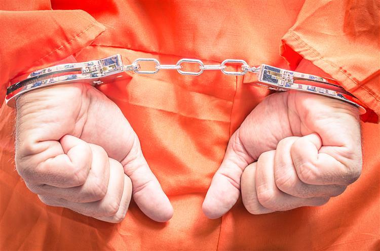 """Prisioneiro de Guantánamo: """"Tinha de usar o meu uniforme para limpar a sanita"""""""