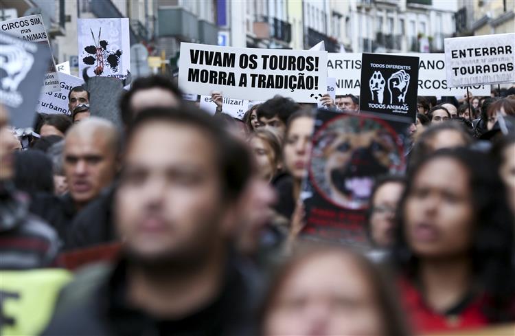 Cerca de 300 pessoas juntam-se em Lisboa pela defesa dos animais