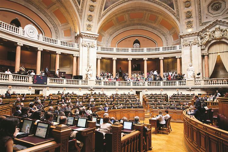 Novos deputados tomam posse na última quinzena de Outubro