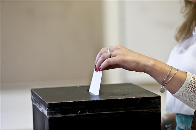Mais de quatro milhões de eleitores tinham votado até às 16h00