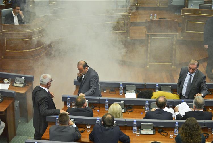 Caos no Parlamento no Kosovo. Oposição lança gás, duas deputadas desmaiam [vídeo]