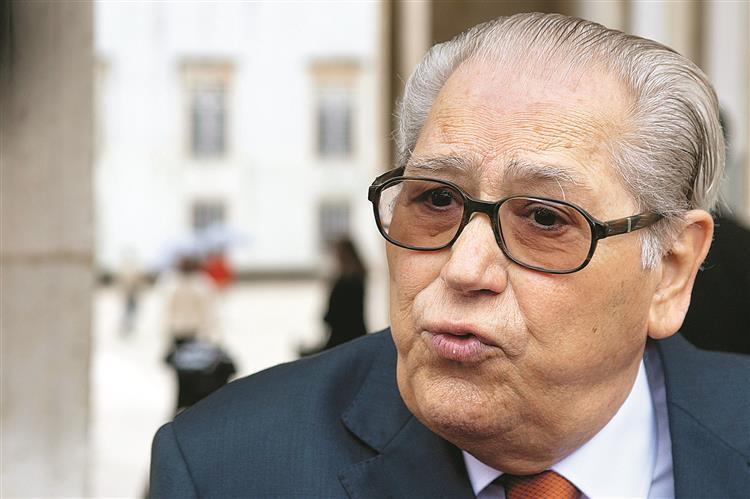 António Arnaut apela à formação de Governo 'patriótico e de esquerda'