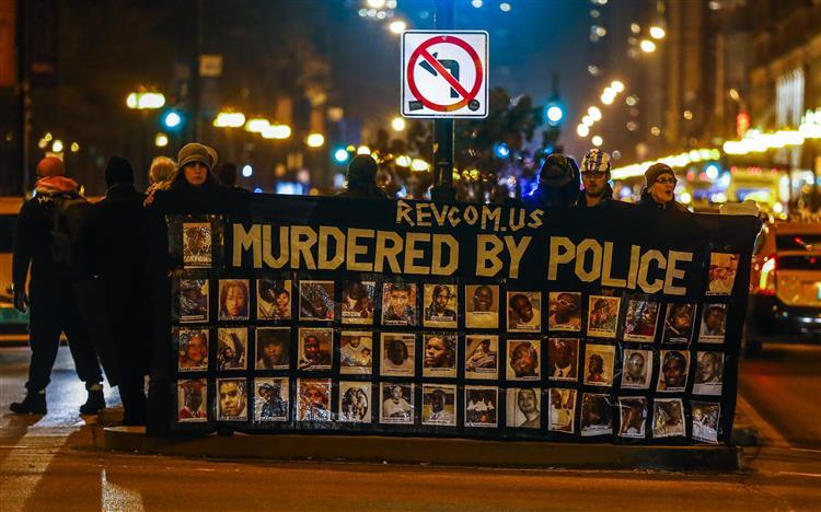 EUA: Centenas de pessoas protestam após divulgação vídeo de morte de jovem negro