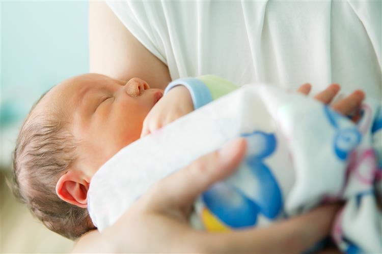 Mãe abandona recém-nascido em presépio de igreja