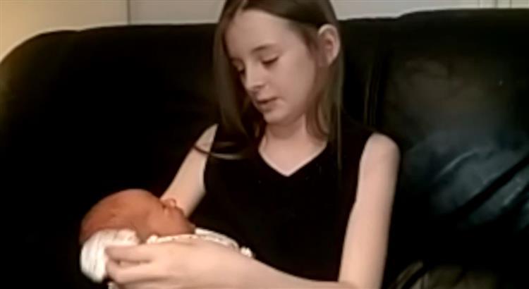 A mãe de Caitlin estava a dar à luz em casa. E a criança acabou por ser a parteira