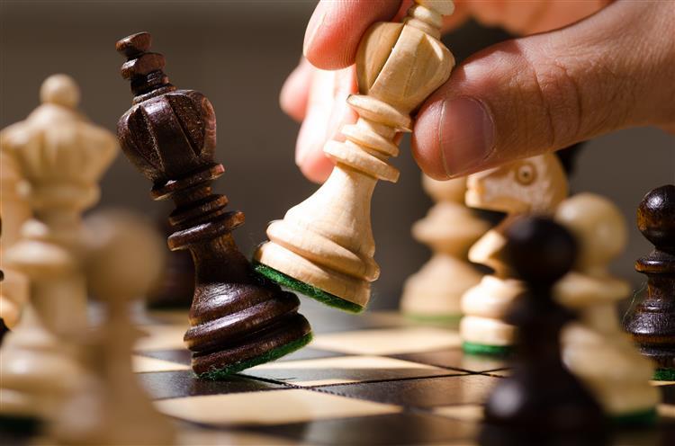 Vencedor de festival de xadrez espancado com violência
