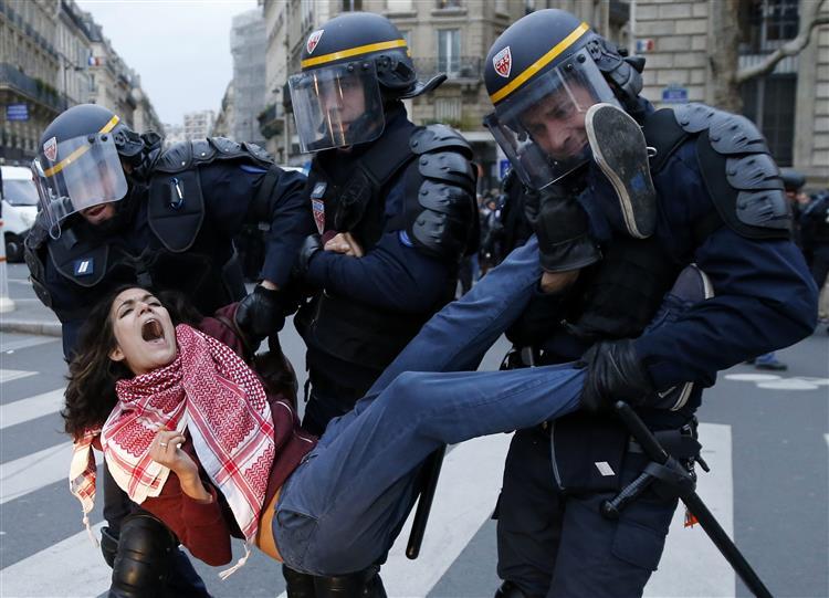 Polícia detém uma centena de manifestantes durante confrontos em Paris