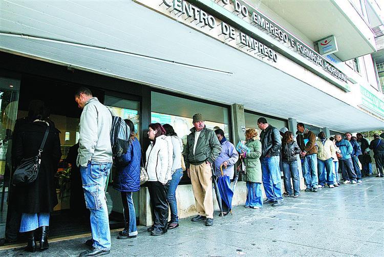 Taxa de desemprego mantém-se nos 12,4% em outubro