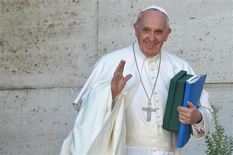 Papa admite que preservativo é questão 'moralmente complicada' para a igreja