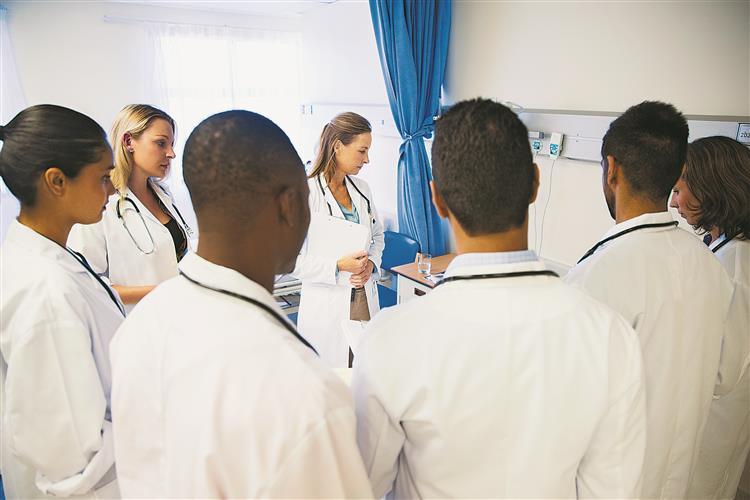 Estado abriu 200 vagas para médicos de família mas não conseguiu preencher metade