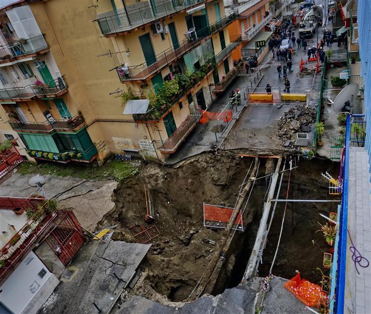 Cratera gigantesca abre-se no centro de Nápoles