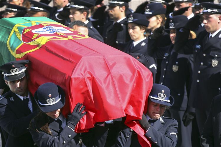Dezenas de pessoas no funeral do agente Ricardo Santos