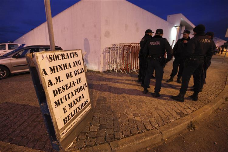 Cerca de 30 apoiantes de Sócrates passam noite à porta da prisão de Évora