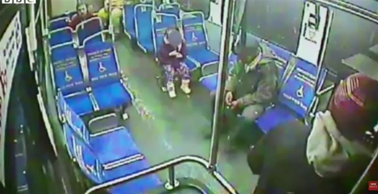 Menina apanha autocarro de madrugada para comprar um granizado [vídeo]