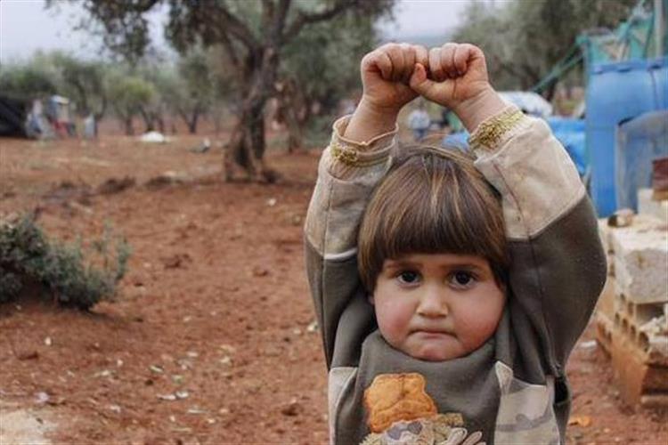 Criança 'rende-se' ao confundir uma câmara com uma arma