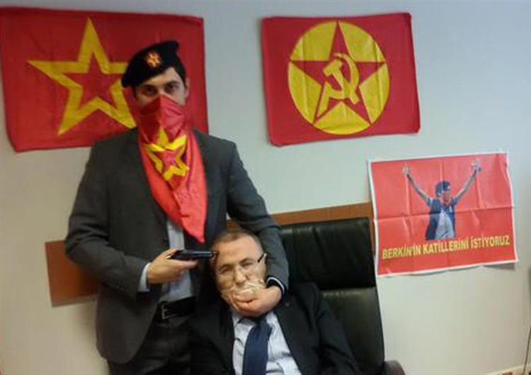 Turquia: Procurador sequestrado num tribunal por grupo armado