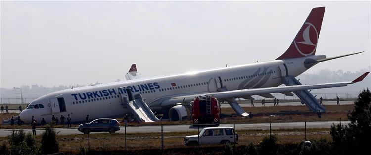 Avião da Turkish Airlines falha a pista e derrapa para o relvado no Nepal