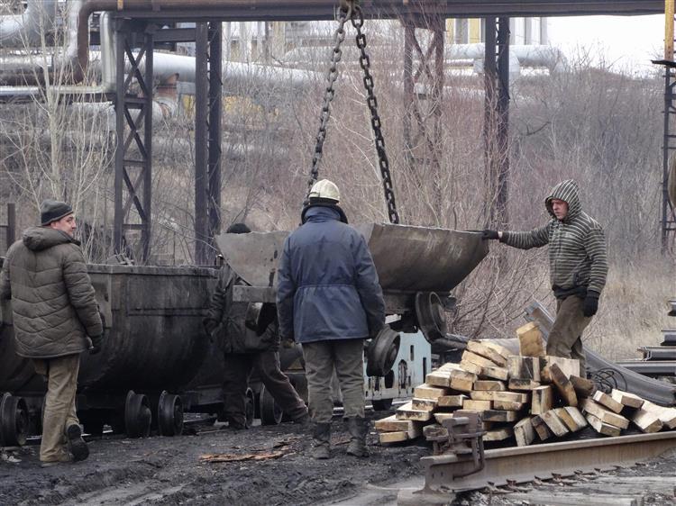 Explosão deixa 32 mineiros soterrados na Ucrânia