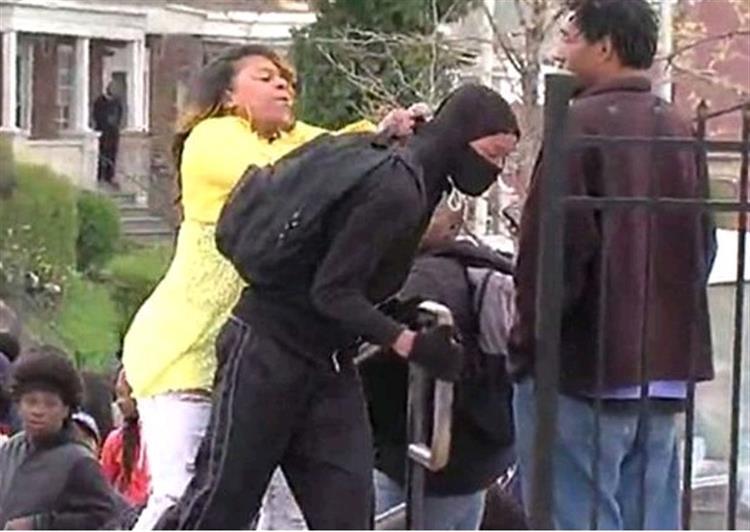 Mãe interrompe protestos em Baltimore