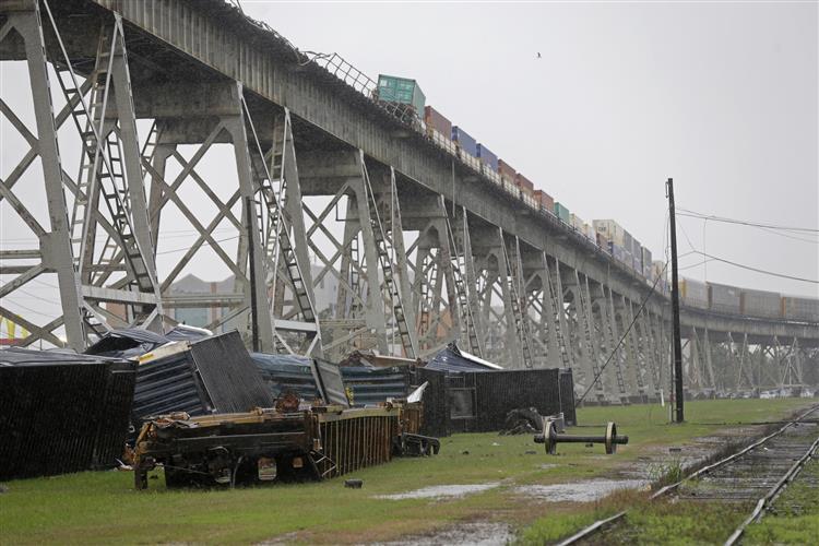 Comboio de mercadorias cai de ponte em tempestade [vídeo]