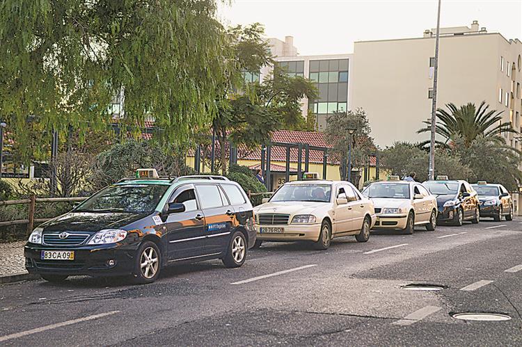 Taxistas querem €10 no Natal e Ano Novo