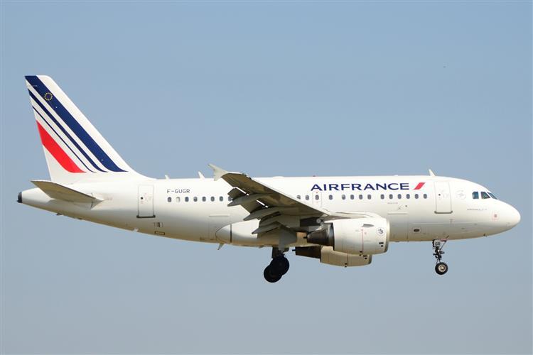 Avião da Air France escoltado por caças norte-americanos