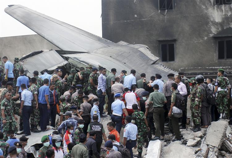 Todos os 113 a bordo de avião que caiu na Indonésia terão morrido