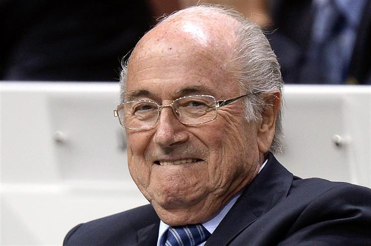 Blatter: Como ganhar eleições rodeado de corrupção
