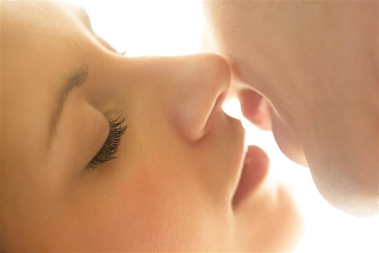 Beijar? Em algumas culturas, é 'repugnante'