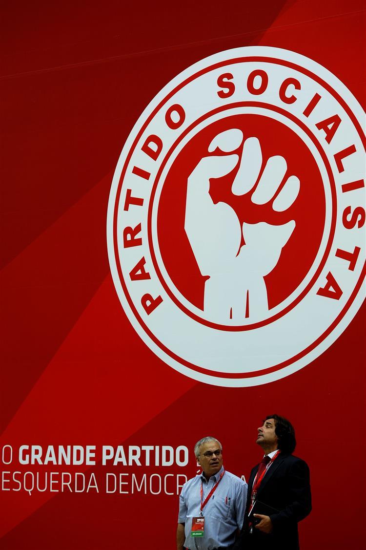 Grécia: PS pede 'correcção de rumo' ao Governo