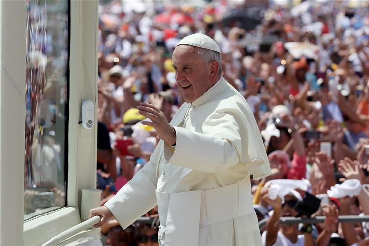 Papa Francisco celebra missa para multidão no Equador
