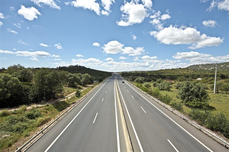 Muito trânsito na A2, com paragens a caminho do Algarve