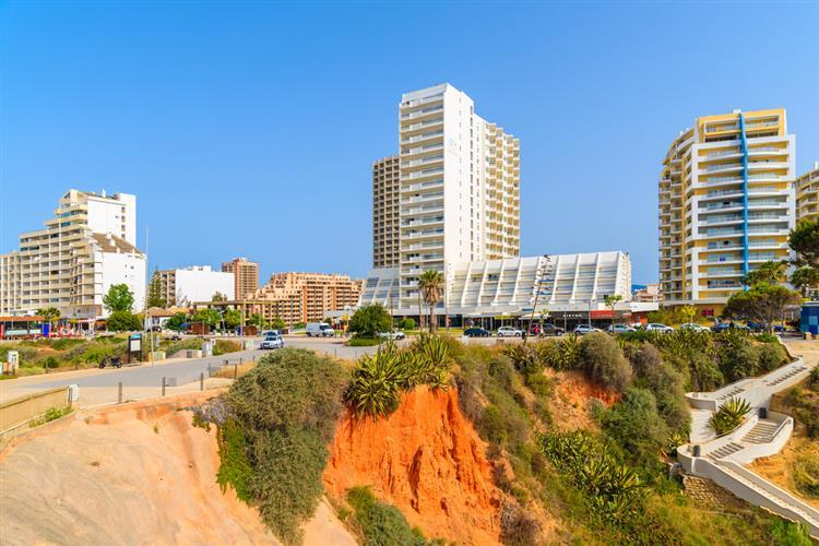 Jovem cai de sexto andar na Praia da Rocha