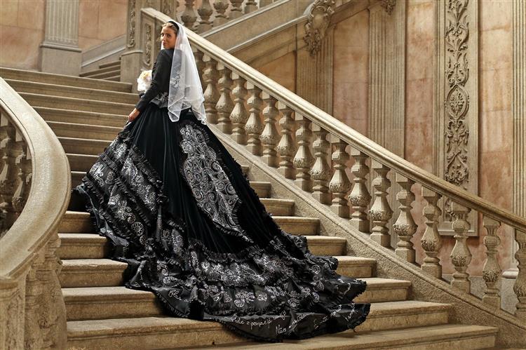 Costureiro cria vestido de noiva com 70 mil cristais inspirado em traje de Viana