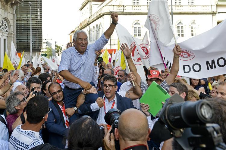 Costa levado em ombros em Santo Tirso
