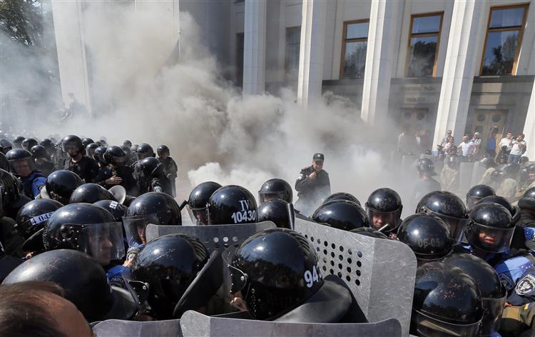 Ucrânia. 100 polícias e militares feridos em explosão frente ao parlamento