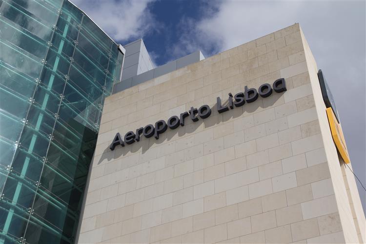 Agente da PSP encontrado inconsciente no parque de estacionamento do Aeroporto de Lisboa
