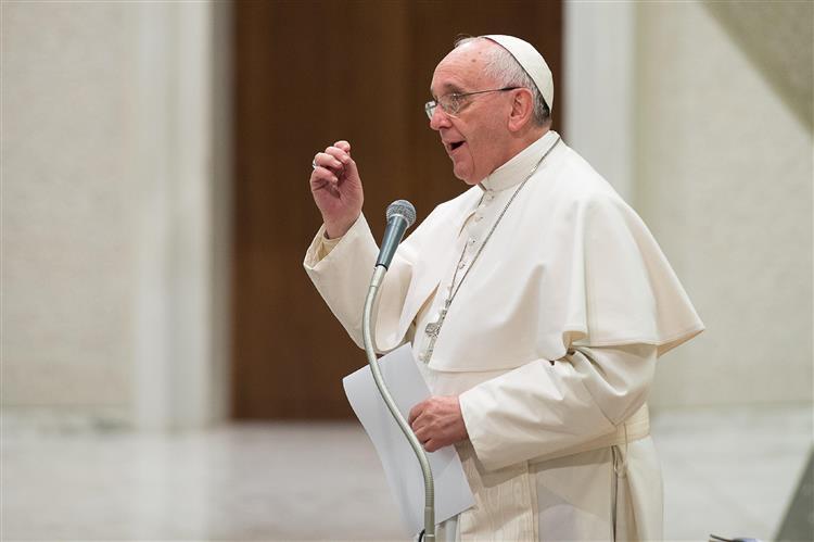 Papa diz que divorciados que voltaram a casar não devem ser tratados como excomungados