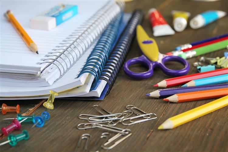 Dê canetas e cadernos a quem não os consegue comprar