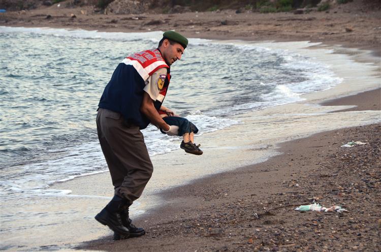 Imagem de corpo de criança refugiada está a chocar o mundo