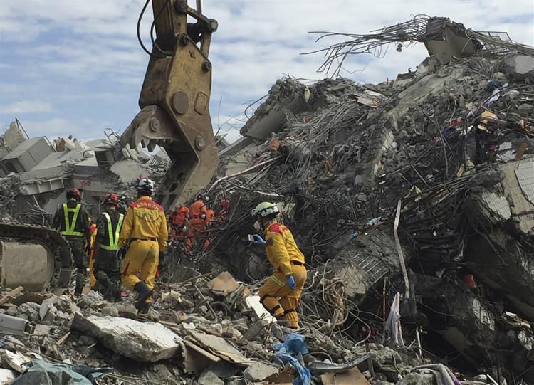 Construtores detidos devido à queda de edifício em Taiwan.