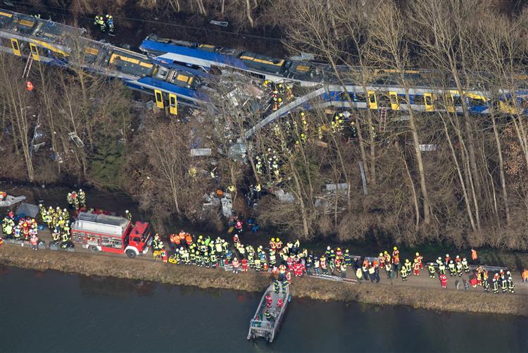 Choque frontal entre comboios faz oito mortos