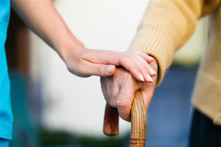 Quem ajuda idosos em casa vai ter horários mais flexíveis