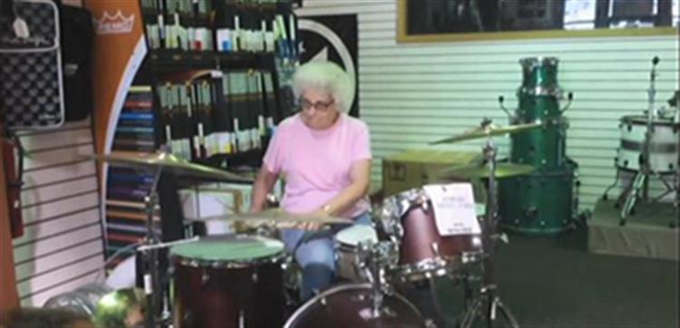 Avó baterista torna-se fenómeno na internet