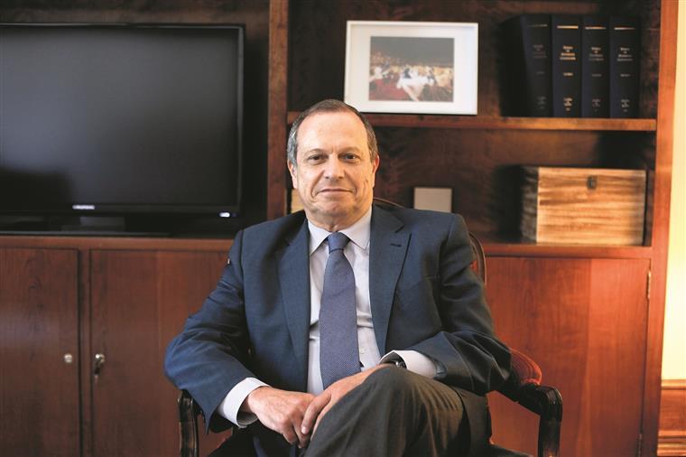 Carlos César: 'Os gestores da CGD têm de entregar declarações de rendimentos'