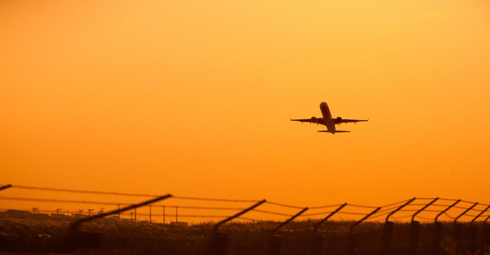 Vídeo: Avião ultrapassa pista ao decolar e cai logo depois